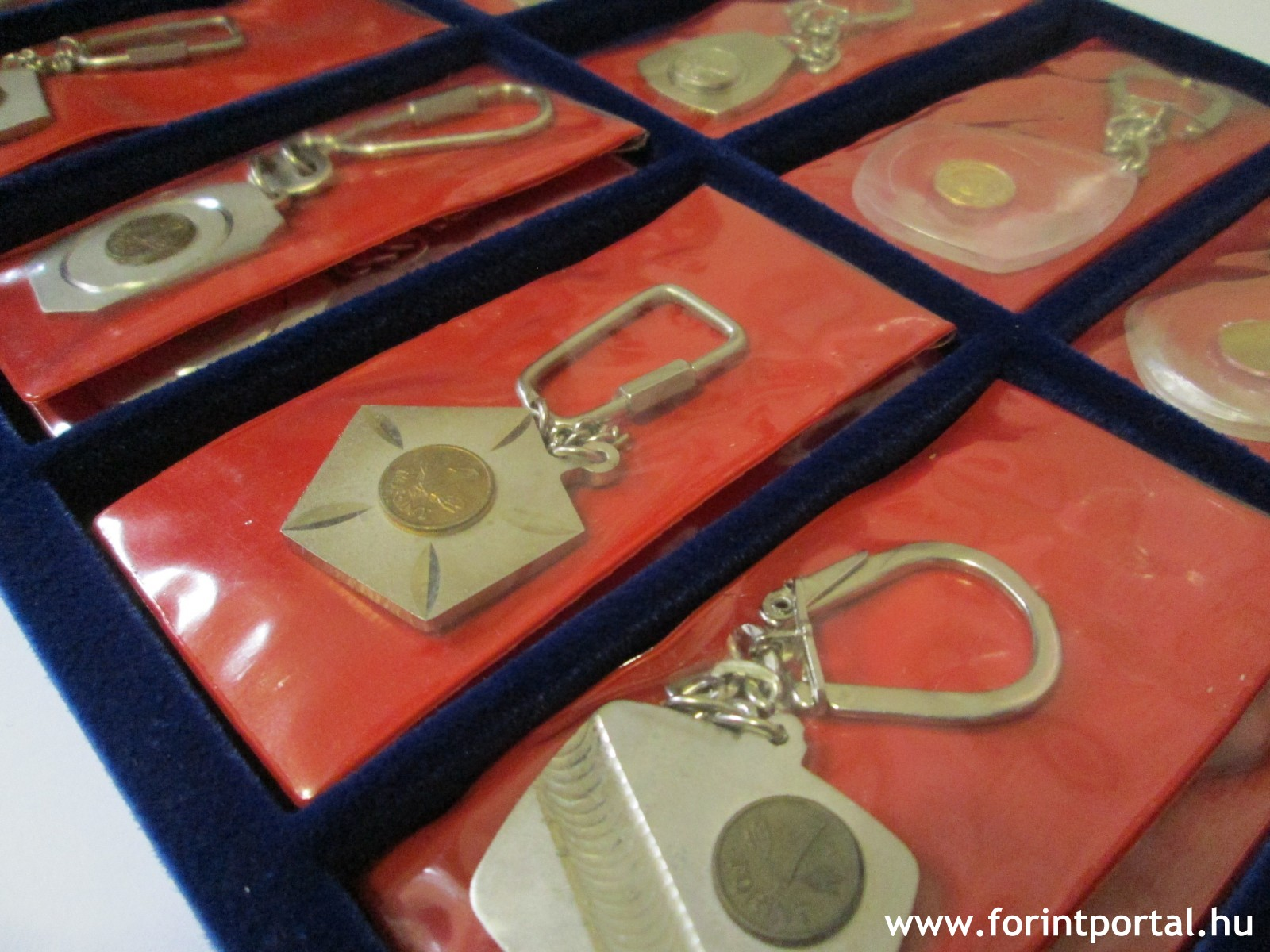 http://www.forintportal.hu/hirek/mini-1-forintos-kulcstartok/mini-1-forintos-kulcstartok-apv-allami-penzvero-regi-kulcstarto-1ft_08.jpg